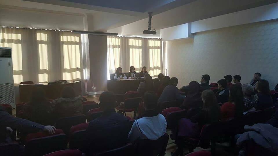 """<p>Sungurlu İlçe Milli Eğitim Müdürü Mustafa Eryiğit başkanlığında, ilçemizdeki 8 liseden edebiyat öğretmenleri ve öğrencilerin katılımıyla Şehit Akif Kapaklı Mesleki ve Teknik Anadolu Lisesi öğrencileri, Anadolu Mektepleri'nin tanıtımını yaptı. Bu panelde, Şehit Akif Kapaklı Mesleki ve Teknik Anadolu Lisesi öğrencileri, Mustafa Kutlu'nun eserlerinde Geçmişe Özlem ve Zaman konularını işlendi. Yapılan açıklamada; """"Anadolu Mektebi yazar okumaları; milli ve manevi değerlerimize sahip çıkan ,Türk kültür ve medeniyetinin gelişmesine katkı sunmuş yazarların tüm eserlerinin ve yazar hakkında yazılmış seçkin eserlerin okunmasını , okunan her eser hakkında değerlendirme yazısı yazılmasını , eserlerin en az yarısı okunduktan sonra bir konu seçilmesini , seçilen konuda bir konuşma metni hazırlanmasını , düzenlenen panel programlarında hazırlanan metin sunulmasını amaçlayan bir yazar okuma faaliyetidir.</p> <p> Anadolu Mektebindeki öğrenciler , nitelikli bir okuma yapar , yazı ile kendini ifade becerisi edinir , sosyal ve kültürel yönden gelişir. Anadolu Mektebi öğrencilerine , Anadolu Mektebi sorumlu hocaları rehberlik etmekte , kitapları temin etmelerine yardımcı olmakta ve panellere hazırlanmalarında onlara yol göstermektedir . Yazar okumaları , gönüllülük ile başlayan ve devam eden , nicelikten çok niteliğe önem veren , sivil bir okuma faaliyetidir.Anadolu Mektebi yazarları ; yerli , milli ,manevi ve evrensel değerlere sahip , bu değerler temelinde hayatlar süren ve bu değerleri topluma telkin eden yazarlardan seçilmiştir . Anadolu Mektebi yazar okumalarını başlatan eski Tarım ve Köy İşleri Bakanı Sami Güçlü bu proje ile öğrencilerin Türkiye'nin geçmişini ve klasik yazarların Türkiye ile ilgili görüşlerini ve duygularını tam olarak öğrenmesini amaçlamaktadır. Milli Eğitim Bakanlığı tarafından hayata geçirilen """" Anadolu Mektebi Yazar Okumaları """" projesi lise 10. ve 11.sınıflardaki gönüllü öğretmen ve öğrencilerden oluşturulan okuma gruplarıyla başlatılmıştır""""</p>   Sungurlu """