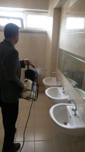 Şehit Onur BAKBAK İlkokulu Müdürü Cemalettin Tunç ise; öğrencilerinin sağlıklarının her şeyden önemli olduğunu, öğrencilerimiz için hava şartlarının çetinleştiği şu günlerde salgın hastalıkların önüne geçebilme amacıyla dezenfeksiyon uygulamasının tüm okul derslikleri, lavabove tuvaletleri, kantin, oyun alanları, koridor, öğretmenler odası dahil tüm alanlarda gerçekleştiren firma yetkililerine bir ilki gerçekleştirdikleri için teşekkür ediyor, uygulamanın tüm eğitim camiasında örnek bir uygulama olarak süreklilik arz etmesini diliyorum, dedi. | Sungurlu Haber
