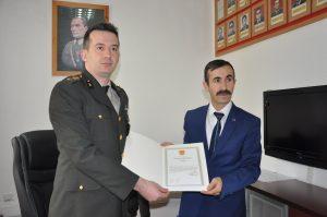 İstiklal Harbinde Şehit olan Dedesinin Amcası Ali Çavuş' un madalyasına kavuşan Erol Erkoç, Askerlik şubesine giderek hem madalyasını aldı hem de Afrin'e gitmek için dilekçe verdi. | Sungurlu Haber