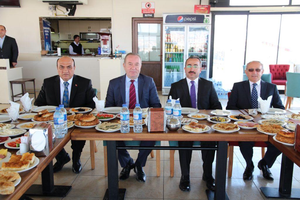 Mesire Kafe'de düzenlenen kahvaltı programına Belediye Başkanı Abdulkadir Şahiner, Belediye Başkan Yardımcısı Bahri Sezen ve Ankara Çorumlu Dernekler Federasyonu Başkanı Hayri Çağır ve yönetim kurulu üyeleri katıldı. | Sungurlu Haber