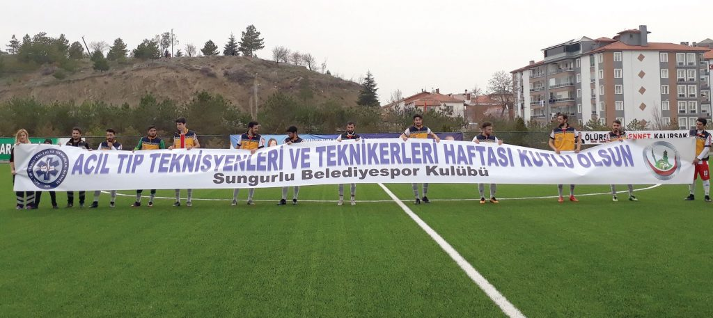 1. Amatör Küme'de lider Sungurlu Belediyespor sahasında Alaca Belediyespor önünde hayli zorlansa da rakibini tecrübeli futbolcusu Yasin Tüzün'ün attığı iki golle 2-1 yenerek takipçisi ile arasındaki puan farkını korumayı başardı. | Sungurlu Haber