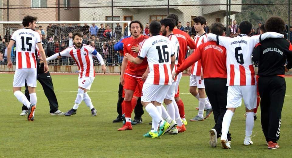 1. Amatör Küme'de Sungurlu Belediyespor son maçlar öncesinde şampiyonluğu garantiledi. Kırmızı Beyazlılar, en yakın rakibi Osmancık Belediyespor deplasmanından 0-0 beraberlikle dönerek ligin bitimine bir hafta kala şampiyonluğu garantiledi. | Sungurlu Haber