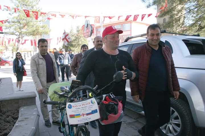Gürcistanlı işadamı ve televizyoncu, barış için bisikleti ile dünyayı dolaşıyor. | Sungurlu Haber