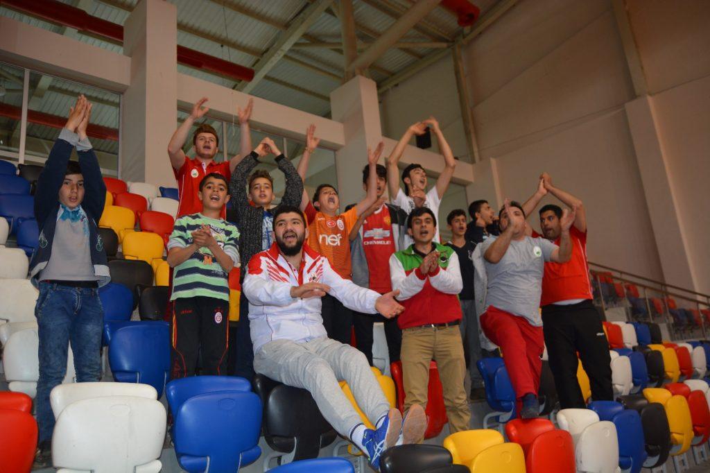 Adıyaman'da düzenlenen Erkekler Türkiye 2.Voleybol Ligi Play-Off Final Grubu'ndaki üçüncü maçında İzmir temsilcisi Saint Joseph'i 3-0 gibi net bir skorla yenen Sungurlu Belediyespor, 1.Lig'e yükseldi.(VİDEO VE FOTO HABER) | Sungurlu Haber