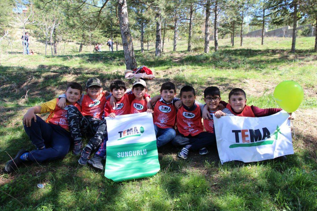 Sungurlu Belediyesi, minik yüreklerin fidan dikim etkinliğine destek verdi. İsmetpaşa İlkokulunun Tema Vakfıyla ortaklaşa düzenlediği etkinliğe 3/B sınıfı öğrencileri ve öğretmenleri, Bayrak Tepe Mevkiinde minik yürekler gelecekleri için ağaç diktiler. | Sungurlu Haber