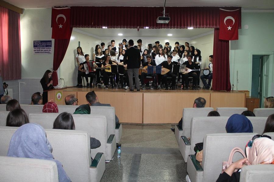 Sungurlu Anadolu Lisesi Müzik öğretmeni Turgay TURAN'ın çalıştırdığı öğrenci topluluğundan oluşan koro konser verdi. | Sungurlu Haber