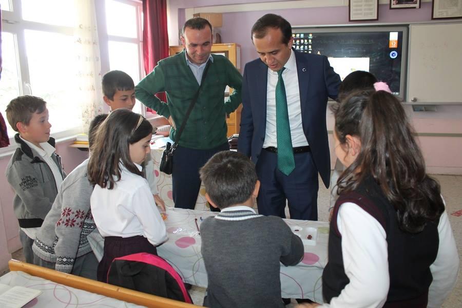 İlçe Milli Eğitim Müdürü Mustafa Eryiğit, Şehit Mahmut Peşmen İlk-Ortaokulu ve Şehit Mahmut Peşmen İmam Hatip Ortaokulu'nu ziyaret ederek öğretmen ve öğrencilerle bir araya geldi. | Sungurlu Haber