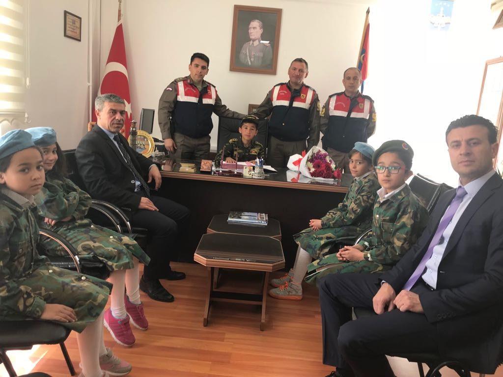 Sungurlu İlçe Jandarma Komutanı Üsteğmen Tolga Çiftçi, 23 Nisan Ulusal Egemenlik ve Çocuk Bayramı dolayısıyla koltuğu Süleyman Taştemur'a devretti. | Sungurlu Haber