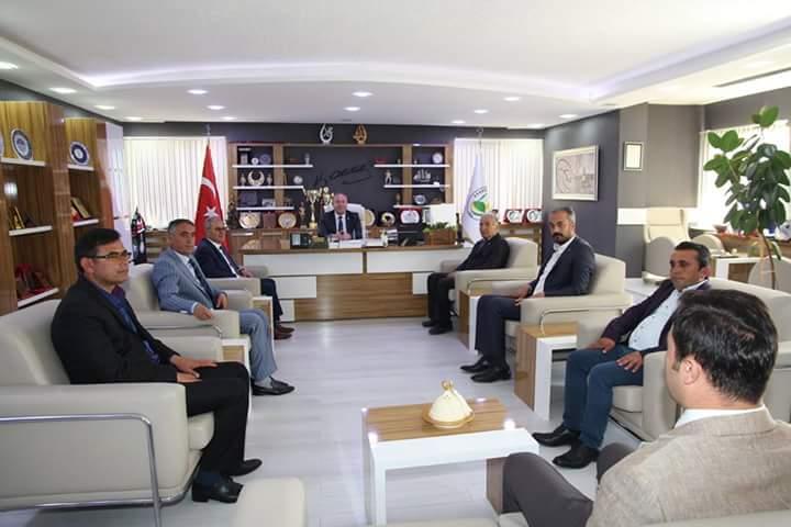 Ticaret Borsası Başkanlığına seçilen Mustafa Kürbüz ve yönetim kurulu üyeleri, Belediye Başkanı Abdulkadir Şahiner'i makamında ziyaret etti. | Sungurlu Haber