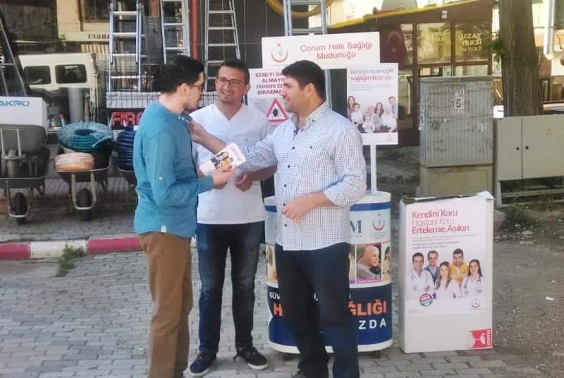 Sungurlu İlçe Sağlık Müdürlüğü, 2018 yılı Dünya Aşı Haftası nedeniyle, Şekerbank önüne stant kurup, vatandaşlara broşür dağıttı. | Sungurlu Haber