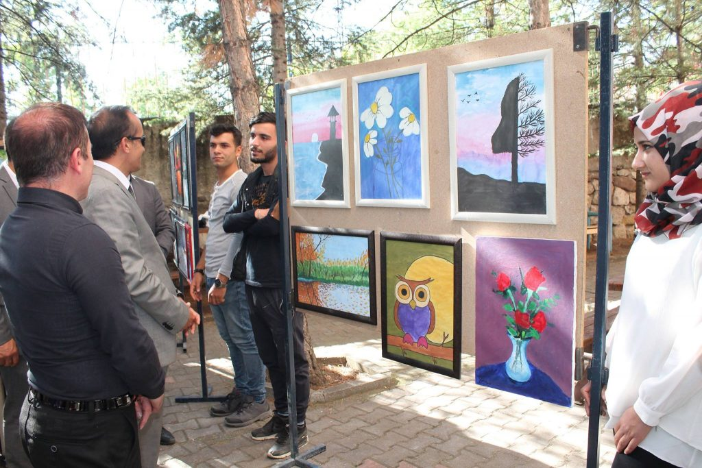 Hürriyet Ortaokulu öğrencileri ile Sungurlu Meslek Yüksel okulu öğrencileri yıl boyunca yaptıkları akrilik, suluboya ve Karakalem çalışmalarından oluşan 150 adet tablo karma resim çalışmalarını sergilediler. | Sungurlu Haber