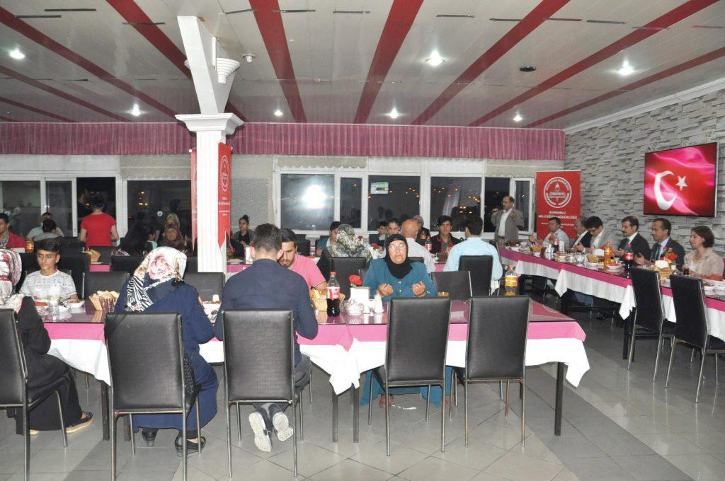 Sungurlu İlçe Milli Eğitim Müdürlüğü tarafından, öksüz ve yetim öğrencilere iftar yemeği verildi.   Sungurlu Haber