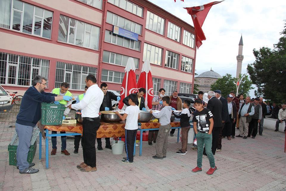 Sungurlu belediye başkanlığı tarafından her yıl geleneksel olarak Atatürk meydanında kurulan iftar çadırımızda Belediye Başkanı Abdulkadir Şahiner'le birlikte ,sivil toplum kuruluşlarınınbaşkanları, muhtarlar, sendika başkanları, belediye meclis üyeleri ve vatandaşlarımız iftar yaptılar.   Sungurlu Haber