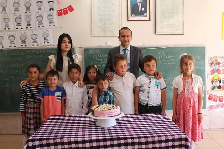 Sungurlu İlçe Milli Eğitim Müdürü Mustafa Eryiğit, doğum günü olan öğretmene sürpriz bir doğum günü ziyareti gerçekleştirdi. | Sungurlu Haber