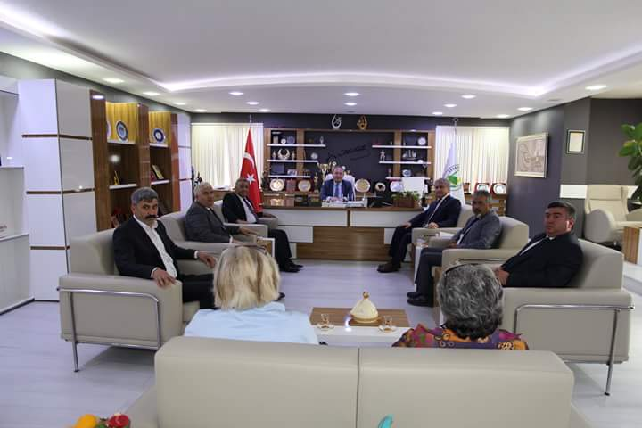 Çorum Hitit Dernekleri Federasyonu Genel Başkanı Av. Cemal Emir ve yönetim kurulu üyeleri Belediye Başkanı Abdulkadir Şahiner'i ziyaret etti.   Sungurlu Haber