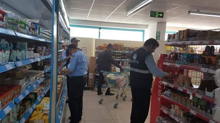 Sungurlu Belediyesi Zabıta Müdürlüğü ekipleri, İlçede bulunan bakkal ve marketlerde denetim yaptı. | Sungurlu Haber