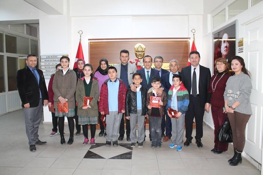 İlçe Milli Eğitim Müdürü Mustafa Eryiğit, ''Sungurlu Okuyor'' projesinin' eğitim öğretim yılı boyunca uygulandığını, yaz tatilinde de farklı bir formatta devam edeceğini söyledi. | Sungurlu Haber