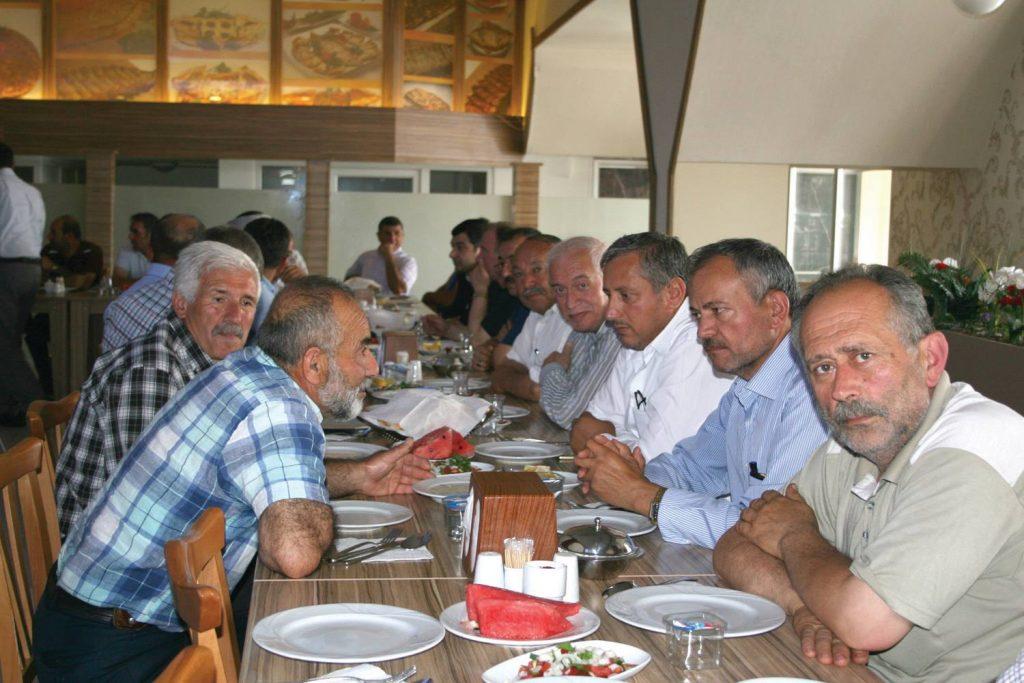 Baktat Dinlenme tesislerinde verilen yemeğe MHP 2. sıra adayı Alparslan Karapıçak, İlçe Başkanı Yasin Şahin, Milletvekili aday adayları Enes Ekri, Muzaffer Gellerli, Ziraat Odası Başkanı Dursun Karadereli, muhtarlar ve partililer katıldı. | Sungurlu Haber