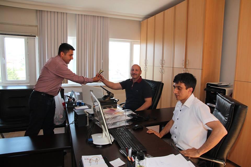 Sungurlu Belediye Başkanı Abdulkadir Şahiner, artan hava sıcaklarına rağmen çalışmalarını aralıksız sürdüren belediye personeline dondurma ikram etti. | Sungurlu Haber