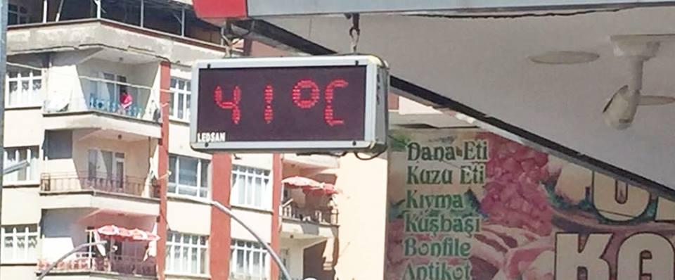 Sungurlu'da, son yılların en sıcak günlerini yaşıyor. Termometreler şehir merkezinde 41 dereceyi gösterirken, sıcaktan bunalan vatandaşlar serin yerlere akın etti. | Sungurlu Haber
