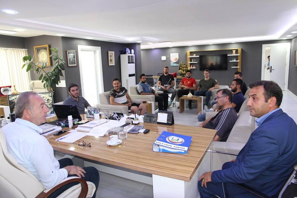 Sungurlu Belediyespor'da başlatılan yardım kampanyasının ardından transfer hareketi voleybol ile başladı. Bu sezon Erkekler 1. Voleybol Liginde mücadele edecek olan Sungurlu Belediyespor sekiz tecrübeli isimle anlaşmayı imzaladı. | Sungurlu Haber