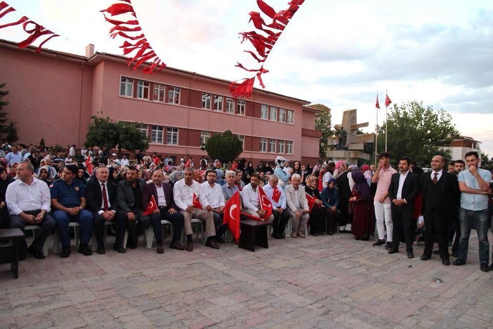Eski dispanser önünden başlayan ve Atatürk Meydanı'nda son bulan Milli Birlik Yürüyüşünün ardından Anma programı düzenlendi. | Sungurlu Haber
