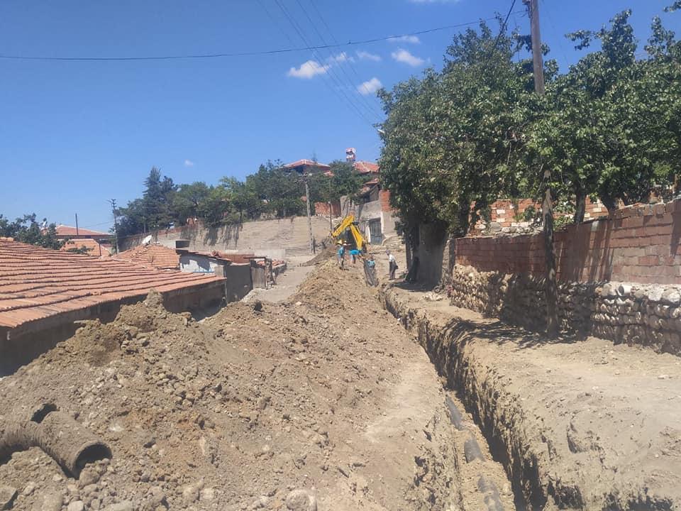 Sungurlu Belediyesi Fen İşleri ekipleri alt yapı ve yol çalışmalarına hız verdi. Belediye Fen İşleri ekipleri, Akçay Mahallesi'nde alt yapı çalışmalarına başladı. Alt yapı çalışmalarının bitiminde kilitli parke ve bordür taşı döşeme çalışmalarının yapılacağı kaydedildi. | Sungurlu Haber