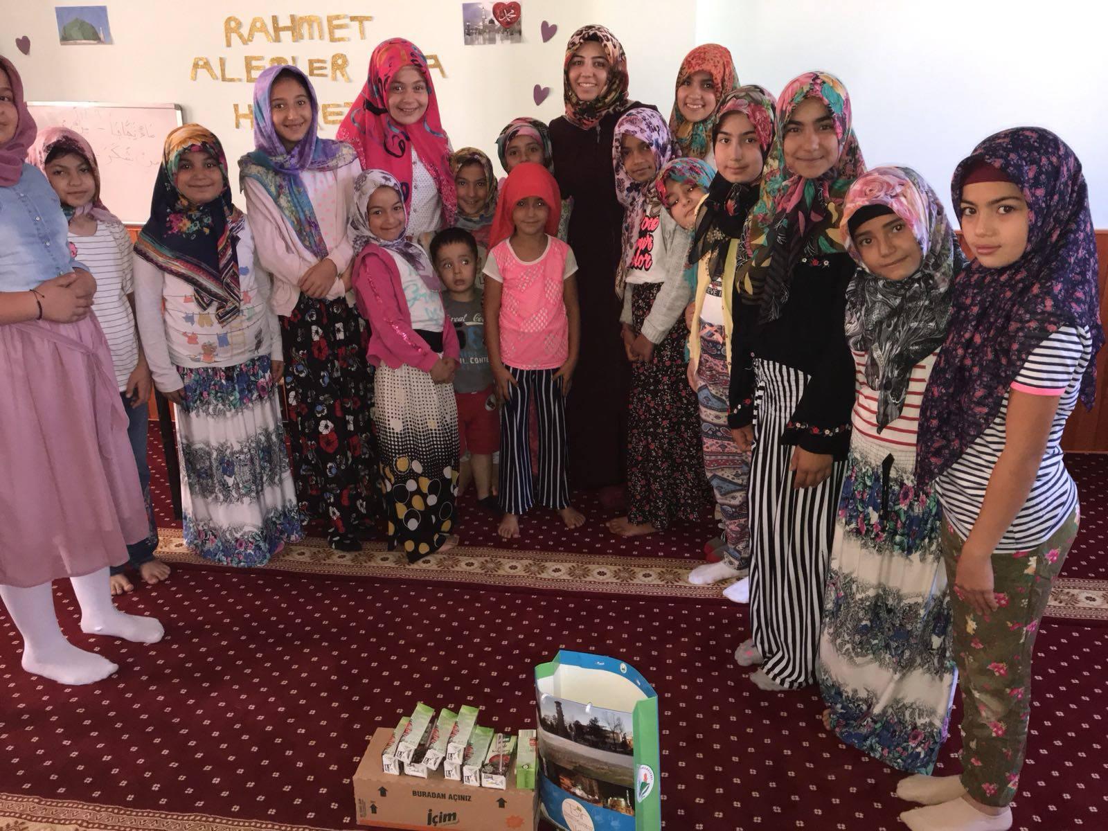 Sungurlu Belediye Başkanı Abdulkadir Şahiner, mahallelerde yaz döneminde açılan Kuran Kurslarına katılan öğrencilere çikolata ve meyve suyu ikram etti. Dini ve milli eğitime her zaman destek olduklarını söyleyen Şahiner, yaşıtları gününü gün ederken bu gençlerin gösterdiği özverinin takdirle karşılanması gerektiğini vurguladı.   Sungurlu Haber