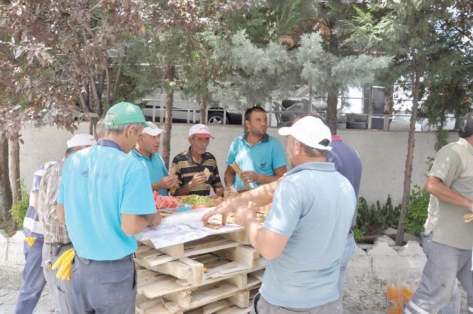 Sungurlu Belediye Başkanı Abdulkadir Şahiner, Fen İşleri personeli ile öğle yemeğinde bir araya gelerek karşılıklı sohbet ettiler. Yemeğin akabinde personelin temennilerini dinleyen Başkan Şahiner, yapılacak olan yeni çalışmalar ile ilgili birim müdürlerinden bilgi aldı.   Sungurlu Haber
