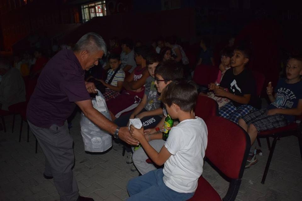 Sungurlu ilçe Milli Eğitim Müdürlüğü tarafından başlatılan proje kapsamında ilçe merkezi ve köylerimizde yaz akşamlarında açık hava sineması etkinliği düzenleniyor.Bu kapsamda İsmetpaşa İlkokulu tarafından düzenlenen etkinliğe İlçe Milli Eğitim Müdürü Mustafa Eryiğit, öğrenciler, veliler ve mahalle halkı ile birlikte film izlediler.   Sungurlu Haber