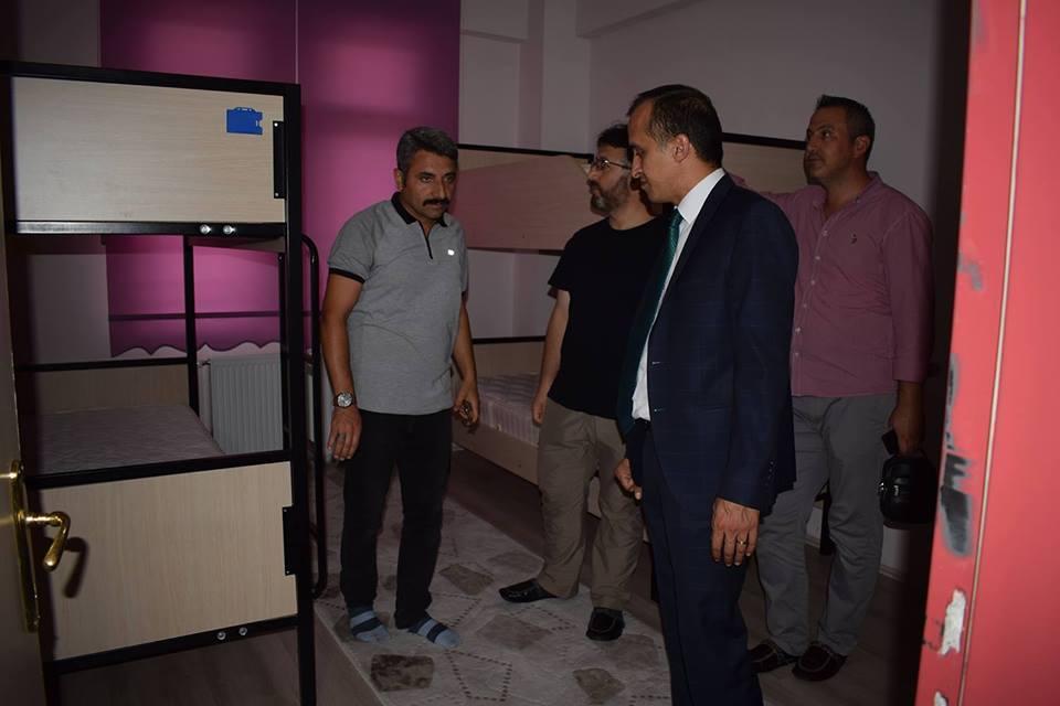 Yaz tatili olması sebebiyle okullarda çalışan personelleri ziyaret ettiğini ifade eden İlçe Milli Eğitim Müdürü Mustafa Eryiğit, okullarda yapılan çalışmalar, gelecek eğitim öğretim yılına dair yapılan planlamalar üzerine istişarelerde bulunulduğunu belirtti. | Sungurlu Haber