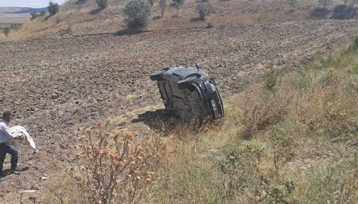 Edinilen bilgilere göre kaza Sungurlu-Boğazkale karayolu Salman Köyü yakınlarında meydana geldi. Boğazkale'den Sungurlu istikametine seyir halinde olan İsmail kama yönetimindeki 34 GC 8060 plakalı otomobil, sürücüsünün direksiyon hakimiyetini kaybetmesi sonucu takla atarak tarlaya uçtu. | Sungurlu Haber