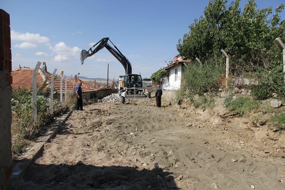 Belediye Fen İşleri ekipleri, Hacettepe Mahallesi 11048 ve 11049. sokakta kilitli parke ve bordür çalışması başlattı. | Sungurlu Haber