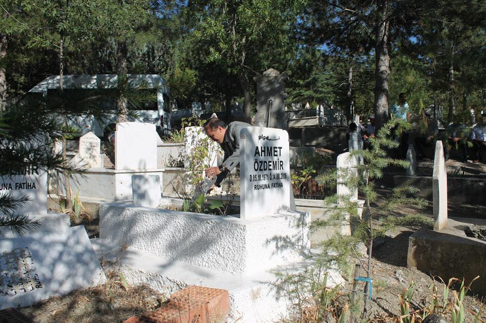 Sungurlu İlçe Milli Eğitim Müdürlüğü görevinde iken 2016 yılında geçirdiği ani kalp krizi sonrası hayatını kaybeden Ahmet Özdemir vefatının 2. Yılında mezarı başında anıldı. İlçe Milli Eğitim Müdürü Mustafa Eryiğit, mesai arkadaşları ve sevenleri mezarlığa giderek dua ettiler. | Sungurlu Haber