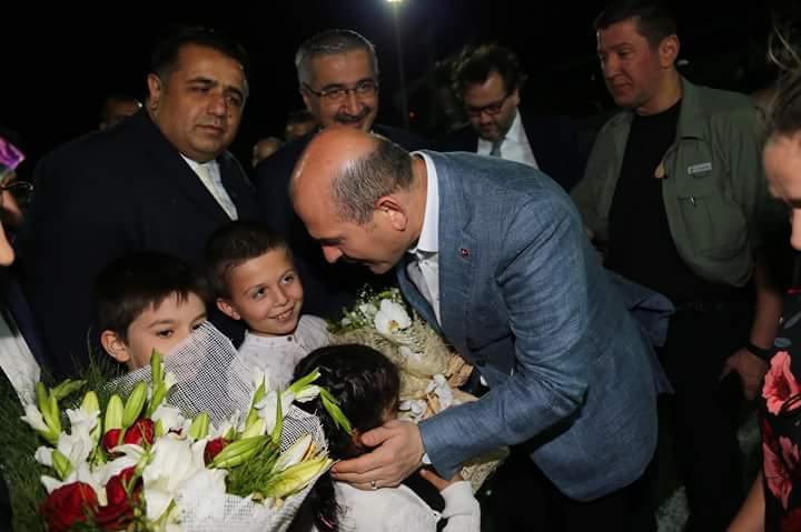 İçişleri Bakanı Süleyman Soylu,Sungurlu'daki Bölge Trafik Kontrol noktasında denetlemeye katılarak vatandaşlarla bayramlaştı. Karşılarında Bakanı gören yolcular şaşkına dönerken, Bakan Soylu yolcuların bayramını kutladı.   Sungurlu Haber