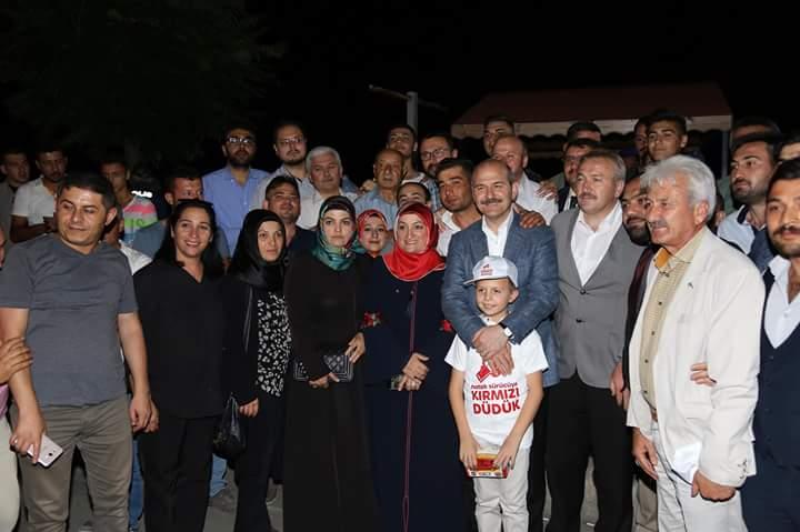 İçişleri Bakanı Süleyman Soylu,Sungurlu'daki Bölge Trafik Kontrol noktasında denetlemeye katılarak vatandaşlarla bayramlaştı. Karşılarında Bakanı gören yolcular şaşkına dönerken, Bakan Soylu yolcuların bayramını kutladı. | Sungurlu Haber