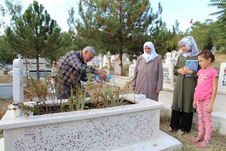 Sarıtepe Mezarlığı'ndaki programa Sungurlu Belediye Başkanı Abdulkadir Şahiner, Belediye Başkan yardımcıları, belediye meclis üyeleri ve kalabalık bir vatandaş topluluğu katıldı. | Sungurlu Haber