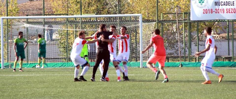 BAL temsilcimiz Sungurlu Belediyespor ikinci maçında Kastamonu İl Özel İdarespor deplasmanında çok üstün oynadığı maçta beraberlik golünü uzatma dakikalarında Taha'nın kafasından bulduğu golle kurtardı. | Sungurlu Haber