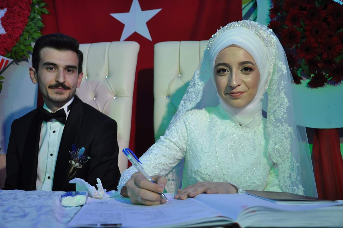 İlçenin tanınmış ve sevilen öğretmenlerinden Güler & Haydar Peşmen çiftinin oğlu Mahmut Andaç, Hatice & Seyit Koç çiftinin kızı Tuğba ile hayatını birleştirdi. Genç çiftin nikahını Sungurlu Belediye Başkanı Abdulkadir Şahiner kıydı. | Sungurlu Haber