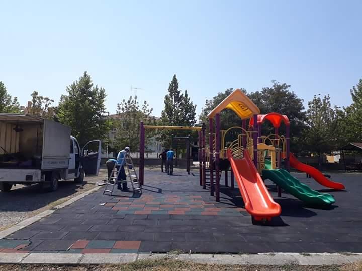 Sungurlu'da gittiği parkta oyuncakların kırıldığını gören ve kıran kişilere isyan eden minik Fatımatüzzehra, çektiği video ile Belediye Başkanından yardım istemiş, minik Fatımatüzzehra'nın isyanına duyarsız kalmayan Belediye Başkanı Abdulkadir Şahiner parkı yeniletti. | Sungurlu Haber