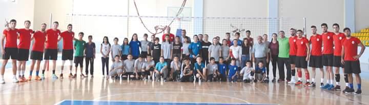 Sungurlu Belediyespor, maçlarını oynayacağı Sungurlu Mahmut Atalay Spor Salonu'nda ilk çalışmasını yaptı. Çalışmayı Sungurlu Belediyespor Başkanı Bahri Sezen ile kulüp alt yapısında çalışma yapan minik voleybolcularda izledi. | Sungurlu Haber