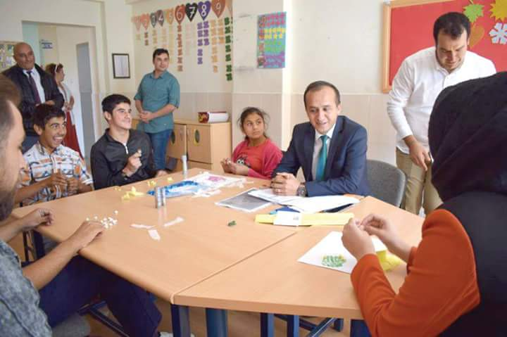 Sungurlu İlçe Milli Eğitim Müdürü Mustafa Eryiğit özel öğrencileri ziyaret etti. İlk olarak Bölükbaşıoğlu Özel Eğitim uygulama Okulu ve İş Eğitim merkezi Müdürlüğüne atanan Hakan Topallı'yı ziyaret eden Milli Eğitim Müdürü Mustafa Eryiğit, yeni görevinin hayırlı olması temennisinde bulundu. Okul Müdürü ve Müdür Yardımcılarından okulun fiziki durumu öğrencilerin gelişimi hakkında bilgi aldı. | Sungurlu Haber