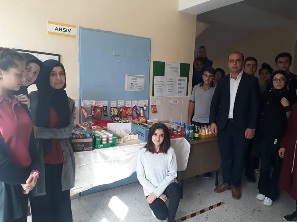 Boğazkale Şehit Mustafa Karasakal Çok programlı Anadolu Lisesi'nde uygulamaya konulan Dürüstlük Kantini Projesi çerçevesinde öğrenciler, sorumlusu bulunmayan kantinden diledikleri zaman alışveriş yapıyor. | Sungurlu Haber