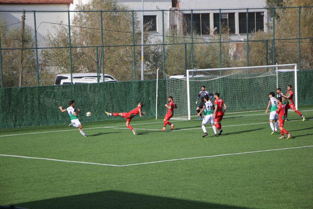 BAL temsilcimiz Sungurlu Belediyespor 1-1'e abone oldu. Kırmızı Beyazlı temsilcimiz bu sezon beşinci maçında üçüncü kez sahadan 1-1'lik beraberlikle ayrıldılar. Bugün sahasında konuk ettiği Turhalspor önünde ilk dakikalarda Mücahit'in golü ile öne geçen temsilcimiz 15. dakikada yan toptan yediği golle devreyi 1-1 beraberlikle tamamladı. | Sungurlu Haber