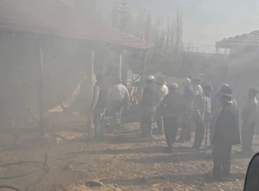 Sungurlu'da çıkan yangında tandırlık kül oldu. İtfaiyenin erken müdahalesi ile yangın diğer evlere sıçramadan söndürüldü. | Sungurlu Haber