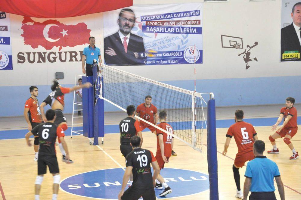 Türkiye Erkekler 1. Voleybol liginde mücadele eden Sungurlu Belediyespor ligde dokuz haftadır süren galibiyet hasretine evinde Niksar Belediyespor'u 3-1 yenerek son verdi. | Sungurlu Haber