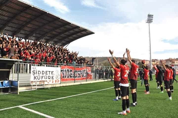 Bölgesel Amatör Lig 4. grupta hafta sonu oynanan Sungurlu Belediye Spor-Yozgatspor 1959 FK karşılaşması öncesi ve sonrasında iki takım taraftarları da alkışı hak etti. Ev sahibi ekip Sungurlu Belediye Spor Canlar 19 taraftarlar grubu karşılaşma öncesinde Yozgat Belediyesi ve Yozgatspor 1959 FK Başkanı Dr. Kazım Arslan'a çiçek verdiler. | Sungurlu Haber