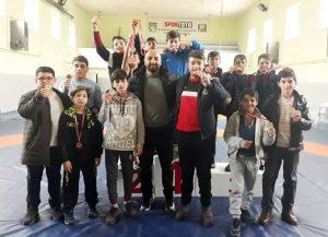Okullararası düzenlenen Yıldızlar Güreş İl Birinciliği'nde serbest stilde Merkez Mustafa Kemal Ortaokulu, grekoromen stilde ise Sungurlu İmam Hatip Ortaokulu şampiyonluk ipini göğüsledi. Türkiye Okul Sporları Federasyonu İl Temsilciliği'nin 2018-2019 yılı faaliyet programnda yer alan Okullararası Yıldızlar Güreş İl Birinciliği'nde heyecan sona erdi. Cumartesi günü Adil Candemir Güreş Eğitim Merkezi'nde gerçekleşen serbest stil müsabakalarında 55 sporcu 11 sıklette dereceye girebilmek için mücadele etti. Oldukça çekişmeli geçen maçlar sonunda takımlar sıralamasına Mustafa Kemal Ortaokulu şampiyonluğa uzanırken, Mimarsinan Ortaokulu ikinci, Çorum Eskice Ortaokulu ise üçüncülüğü elde etti. | Sungurlu Haber