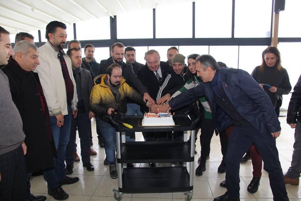 Gazeteciler, 10 Ocak Çalışan Gazeteciler Günü nedeniyle bir araya geldiği Sungurlu Belediye Başkan Şahiner'in doğum gününü pasta keserek kutladı. | Sungurlu Haber