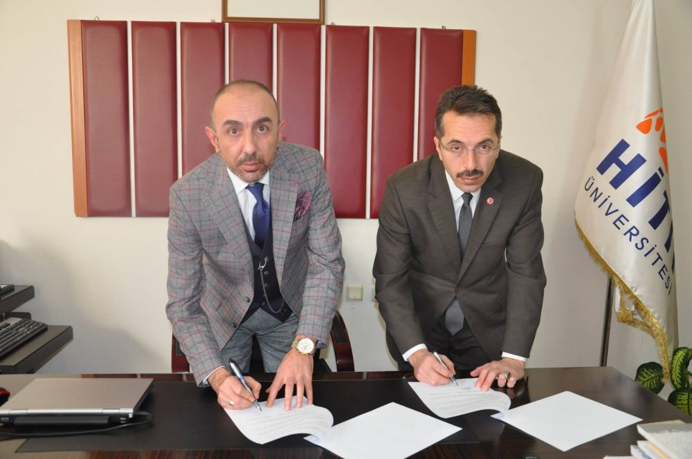 Hitit Üniversitesi Sungurlu Meslek Yüksekokul binasında düzenlenen toplantıda MYO müdürü Dr. Öğr. Üyesi Ömür Demirer ve Denetimli Serbestlik Müdürü Vedat Gülşen arasında protokol imzalandı. | Sungurlu Haber
